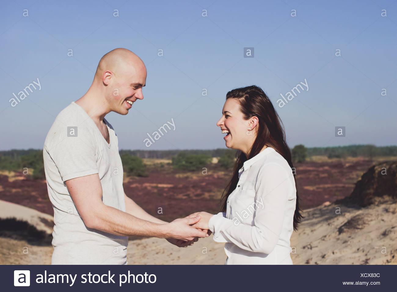 Porträt von ein paar Hand in Hand, lachen Stockbild