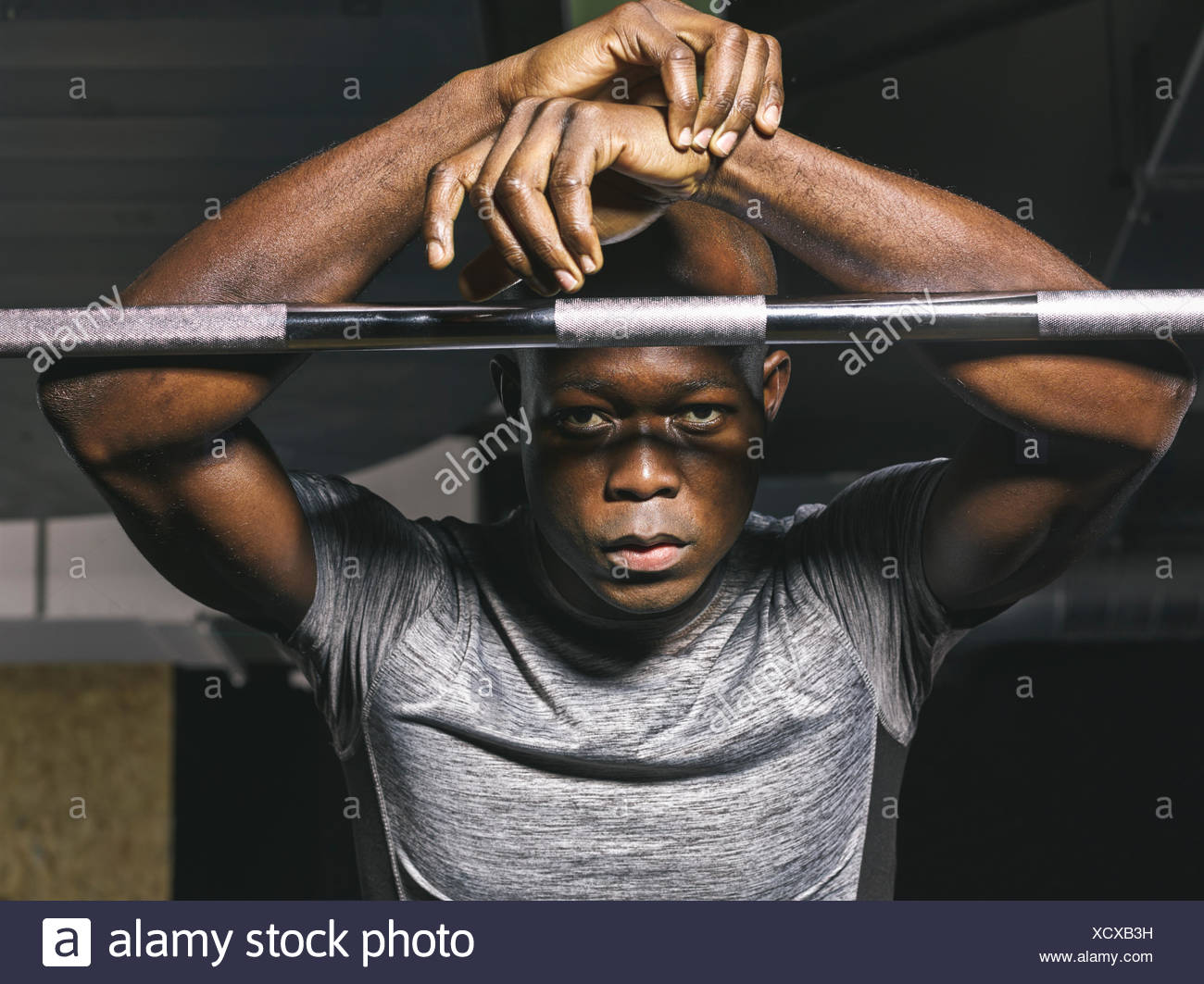 Porträt von physischen Athlet ruht auf Langhantel im Fitness-Studio Stockbild