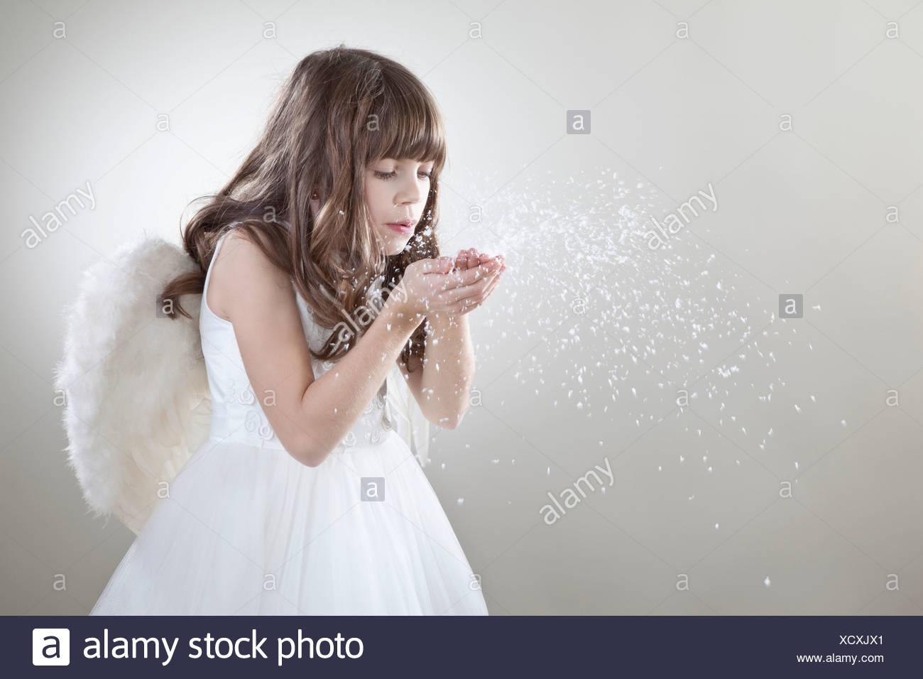Mädchen (10-11 Jahre) weht Glitzer Stockbild