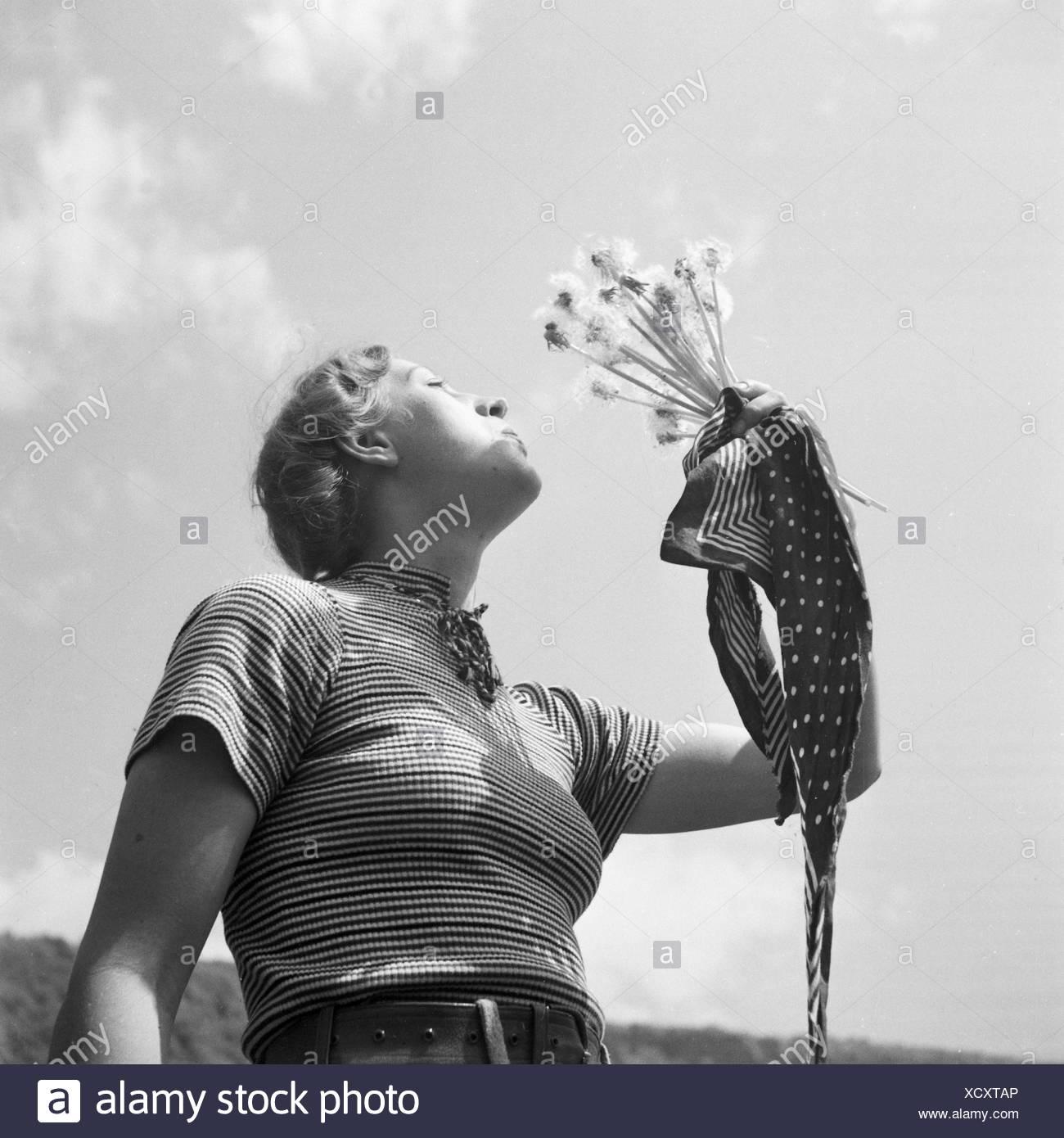 Eine Junge Frau Spielt Mit Löwenzahn, 1930er Jahre Deutschland. Eine junge Frau bläst die Samen des Löwenzahns, Deutschland der 1930er Jahre. Stockbild