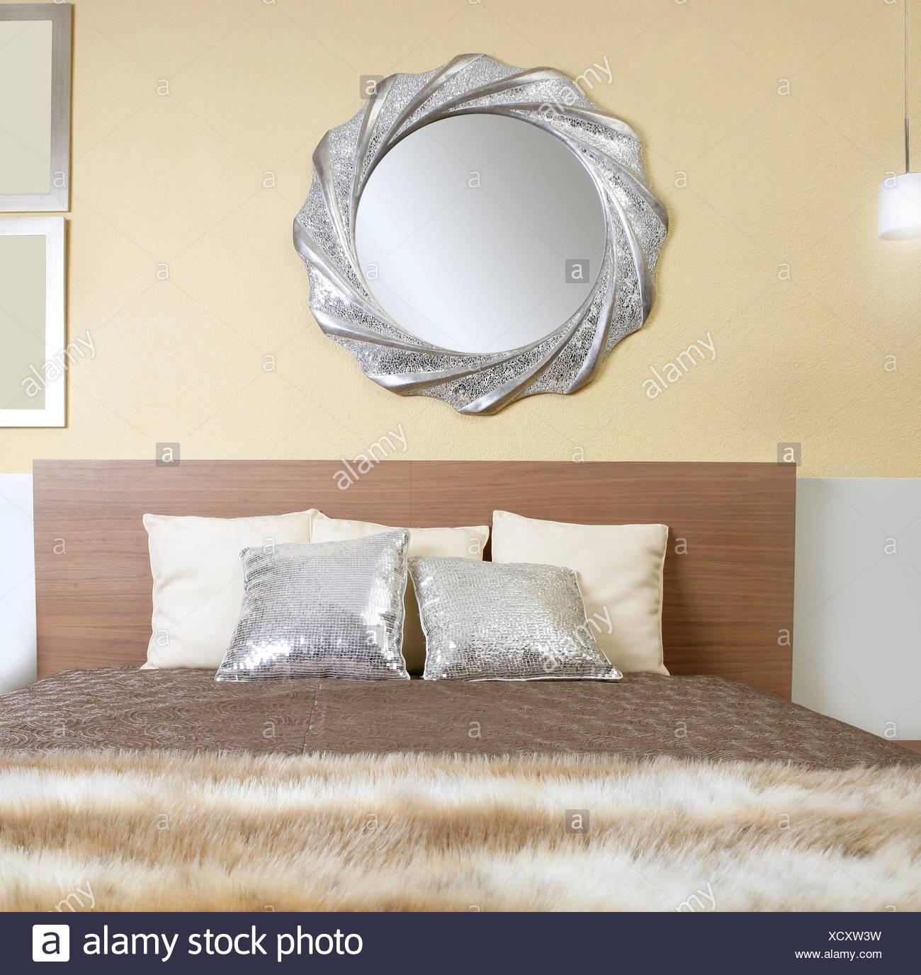 Schlafzimmer modern Silberspiegel Kunstpelz afrikanischen Decke ...