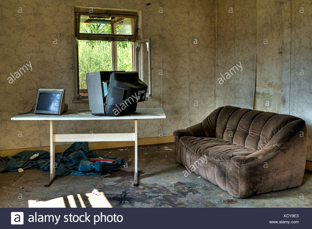 Wohnzimmer Sofa Tv Ruinosen Altbau Stockfoto Bild 283341915 Alamy