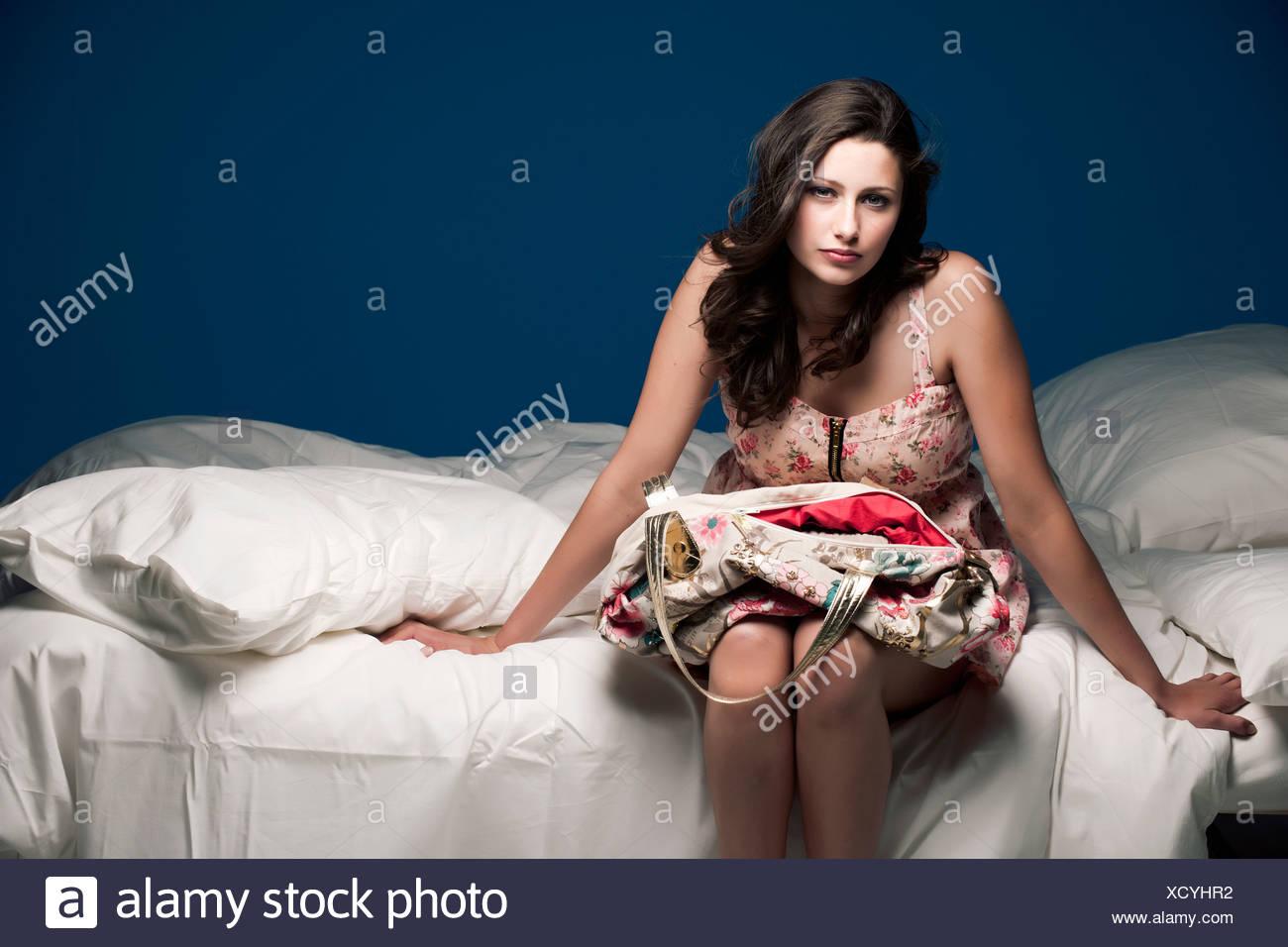 Teenager-Mädchen Bett Geldbörse festhalten Stockbild