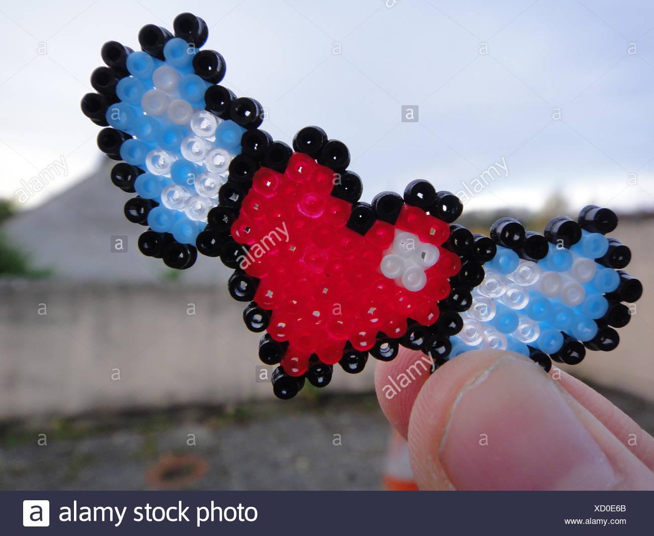 Finger halten geflügelte Herz Stockbild