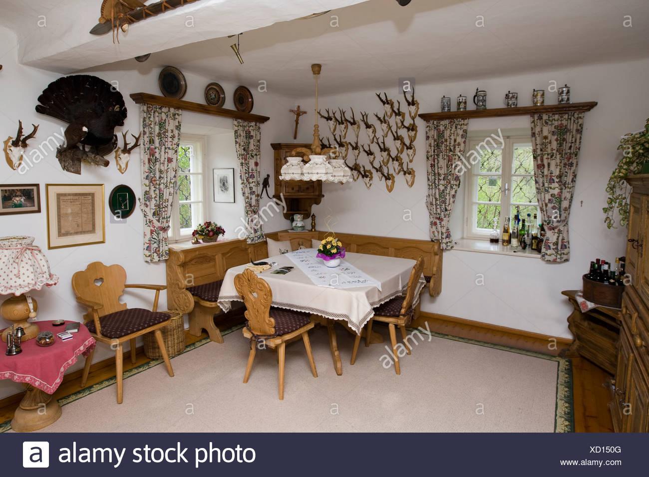 Salon dekoriert mit verschiedenen Trophäen in einer Jagdhütte ...