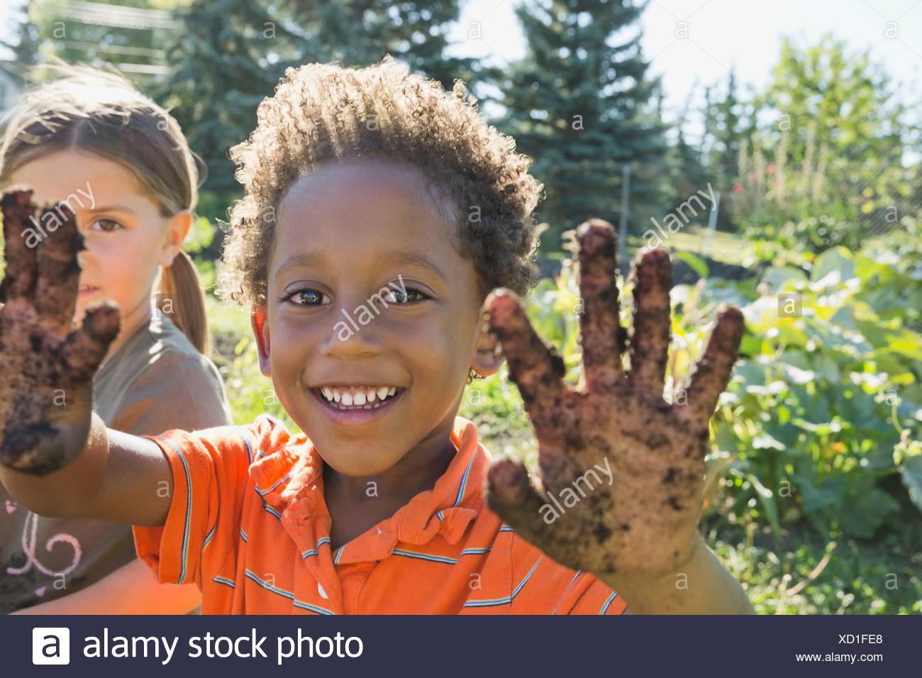 Porträt eines jungen Hände zeigen im Schmutz bedeckt Stockbild