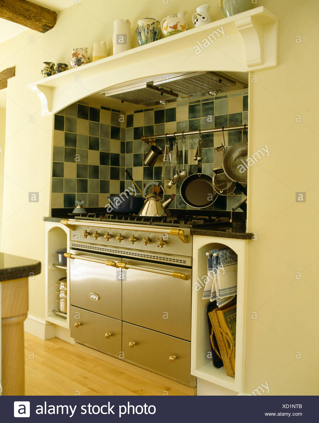 Interiors Traditional Kitchens Green Stockfotos & Interiors ...