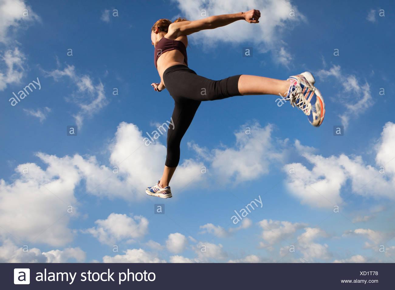 Frau in der Luft springen Stockbild