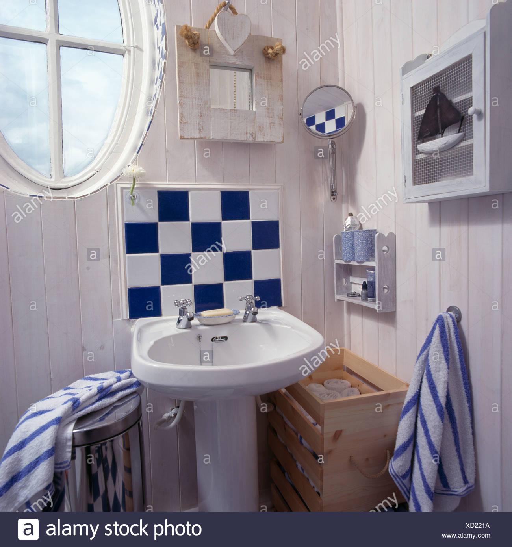 Wie Putzt Man Badezimmer Fliesen: Kalk Auf Fliesen. Badezimmer Mit Kalk Grne Wnde Und Orange