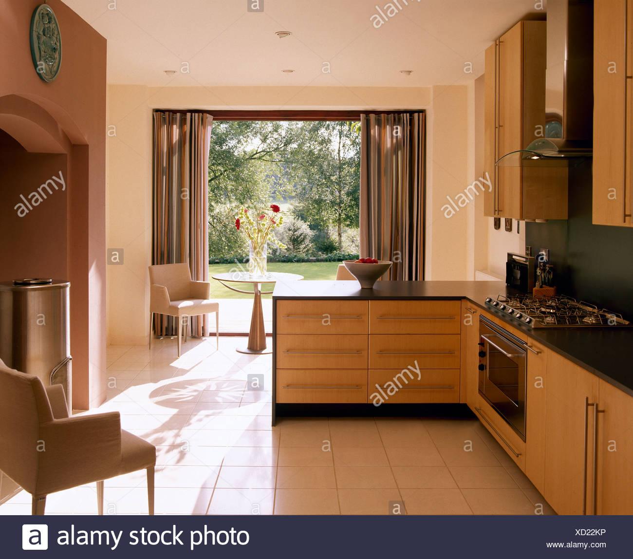 Keramischen Fliesenboden in modernen Küche mit grauen ...