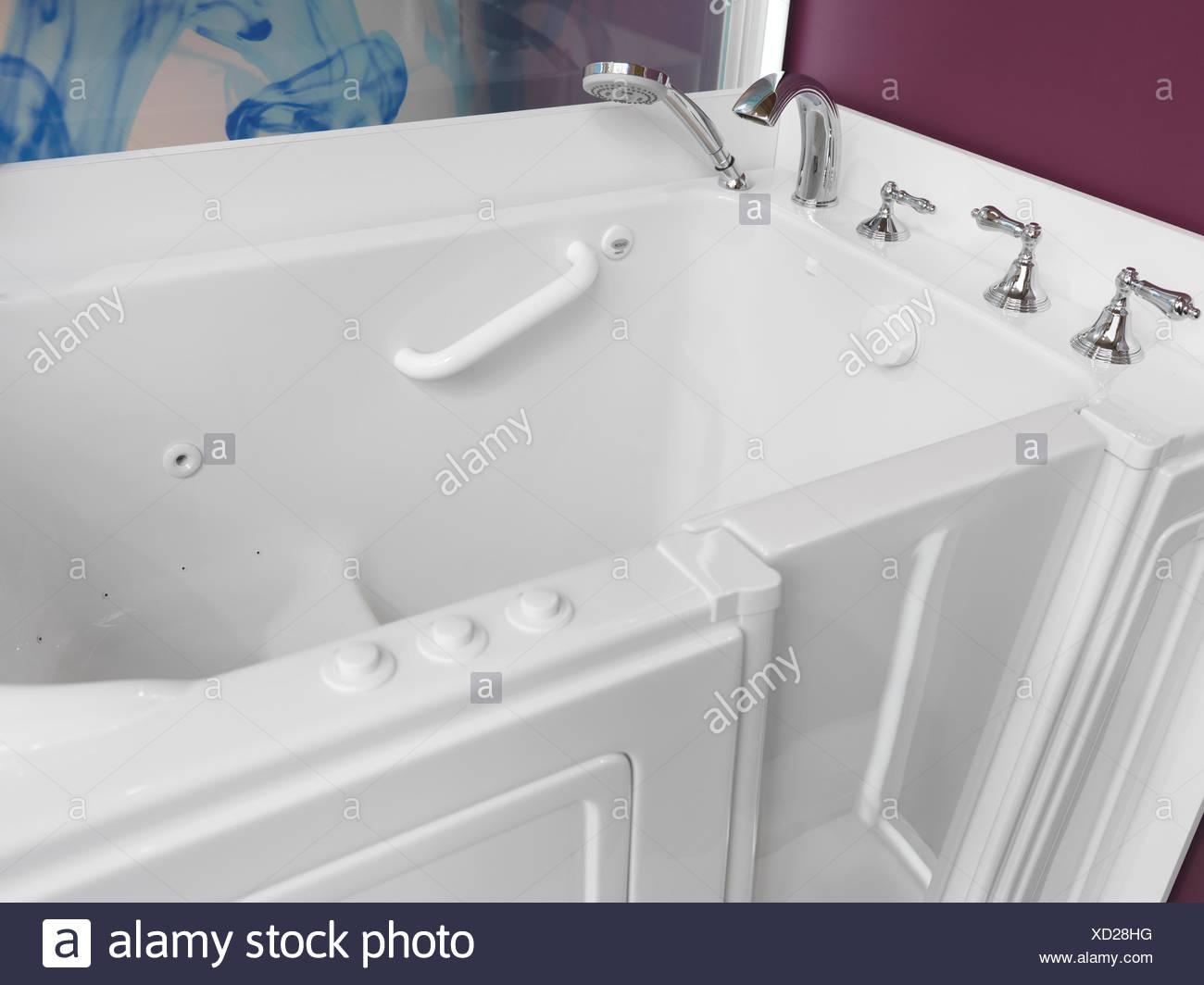 Badezimmer, zugängliche Badewanne mit Tür für Menschen mit Behinderungen Stockfoto
