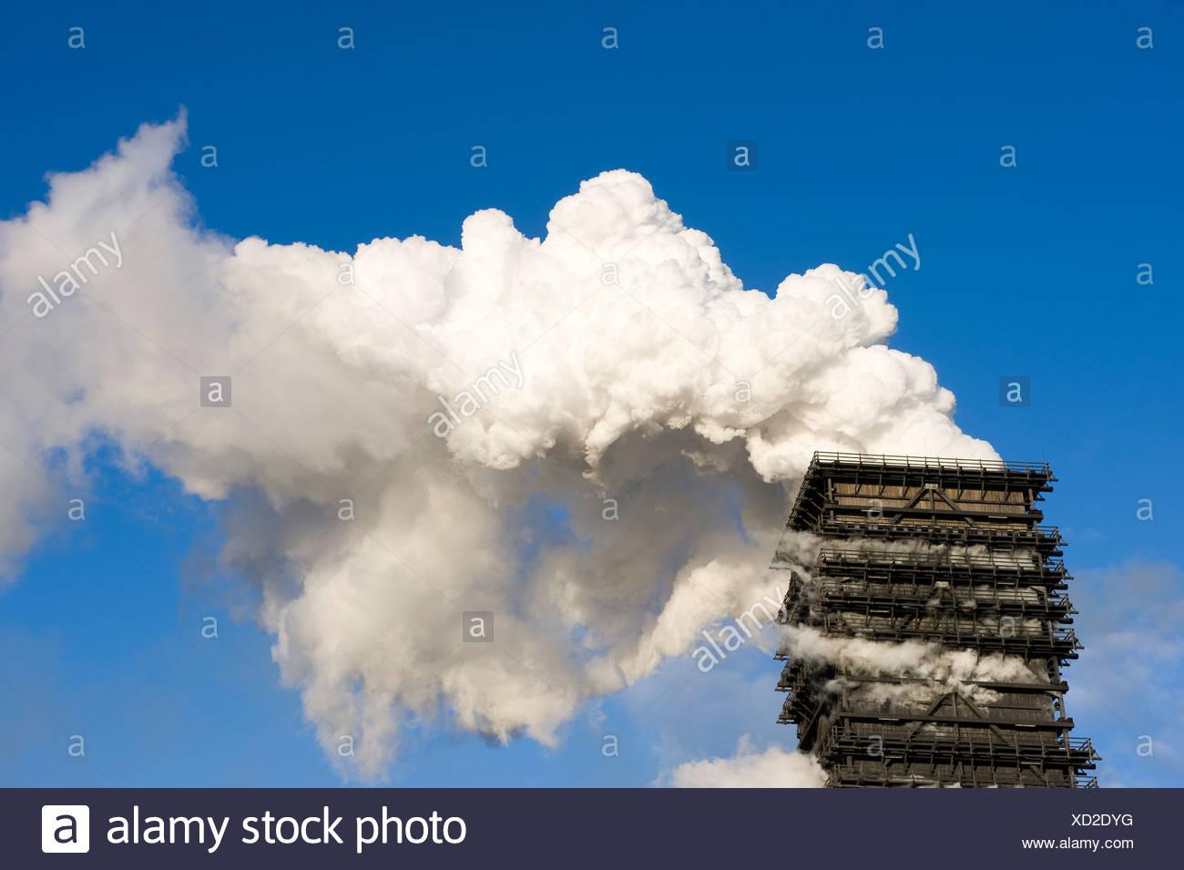 Ein Schornstein der Kokerei der ThyssenKrupp Steel AG, Duisburg, Deutschland Stockbild