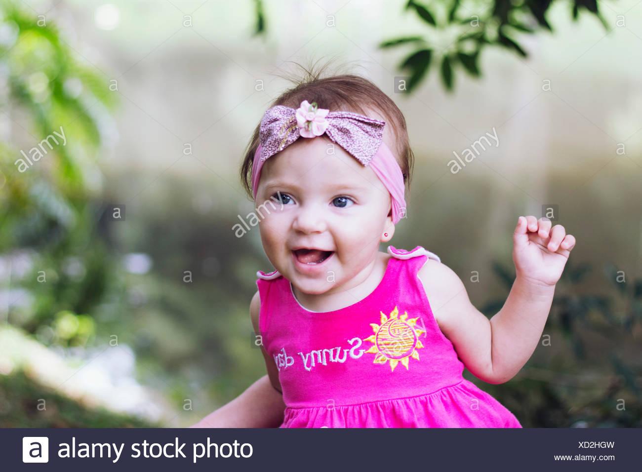 Nahaufnahme von einem fröhlichen Babymädchen Stockbild