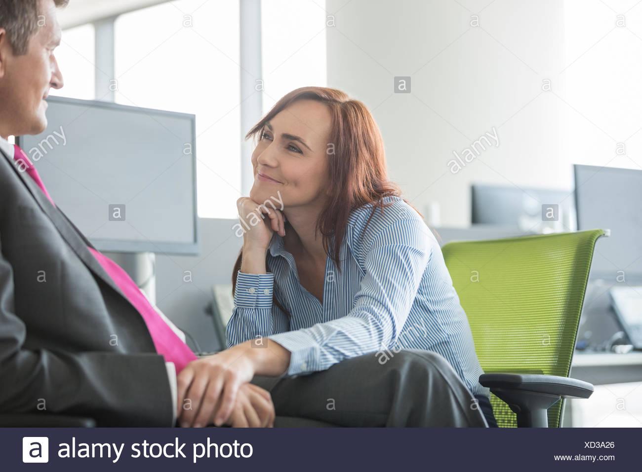 Business-Liebespaar sahen einander im Büro Stockbild