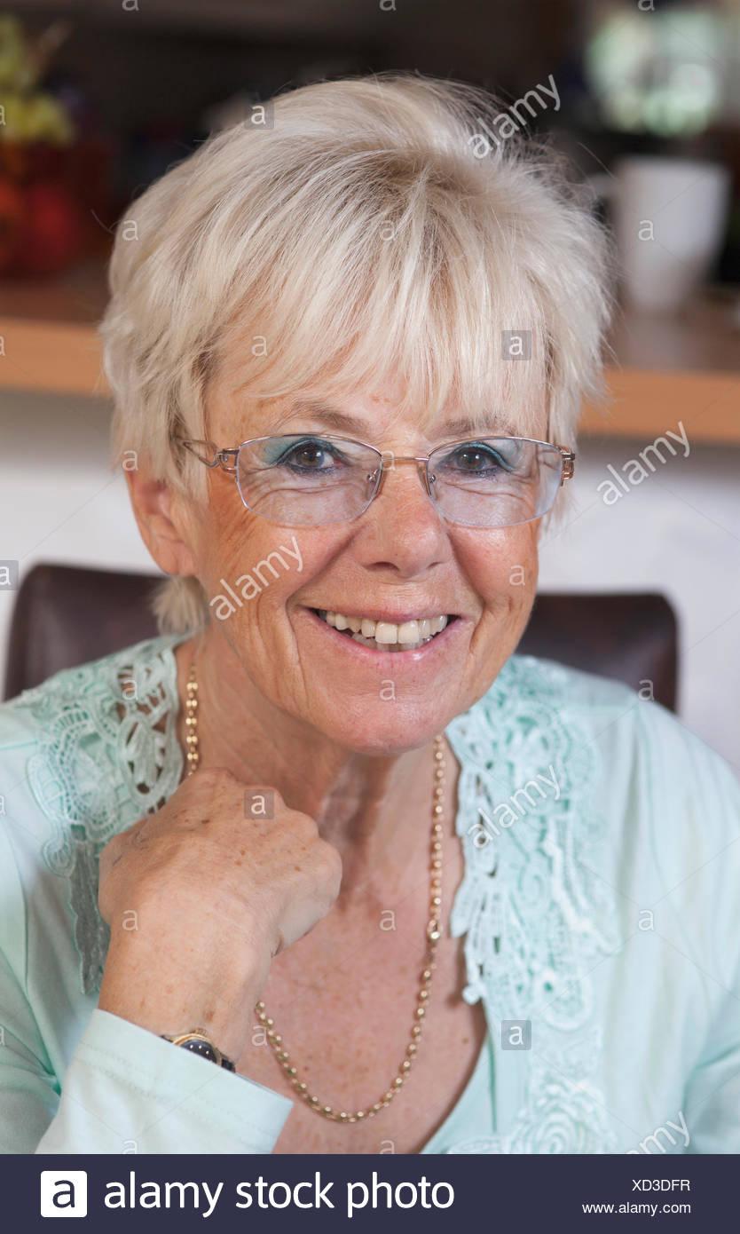 Portrait einer älteren Frau lächelnd, Bayern, Deutschland Stockbild