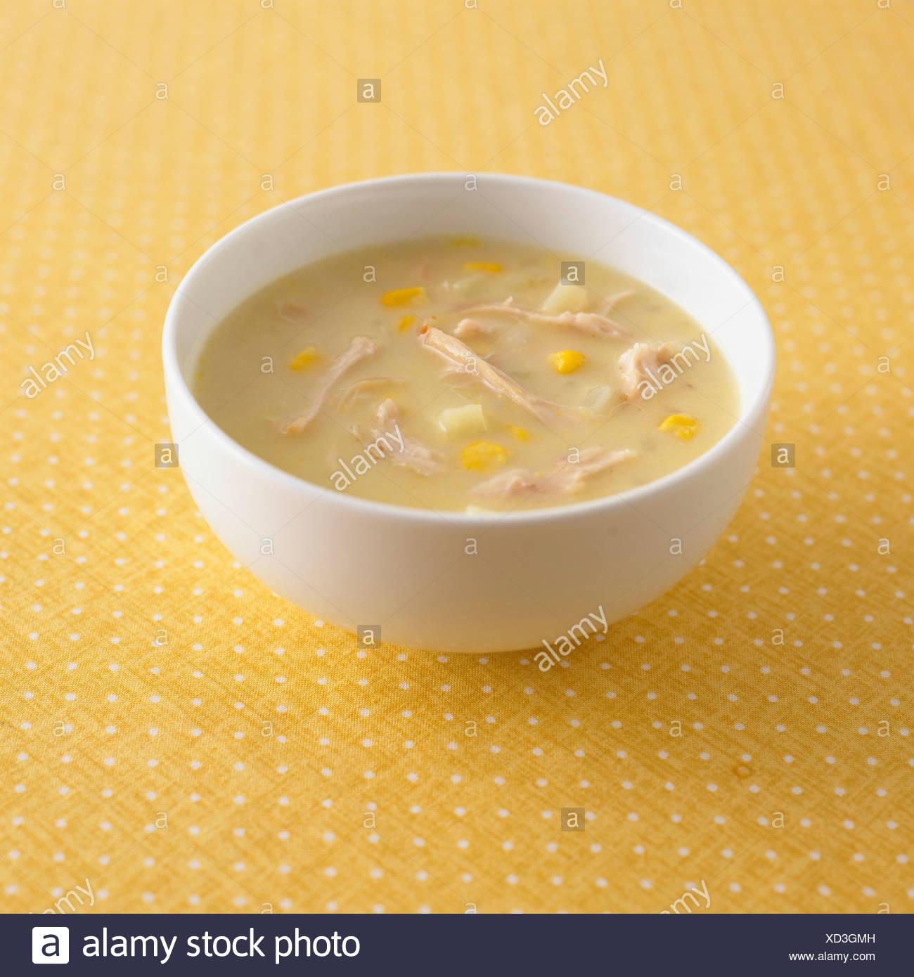 Schüssel mit Huhn und Mais Suppe Stockbild