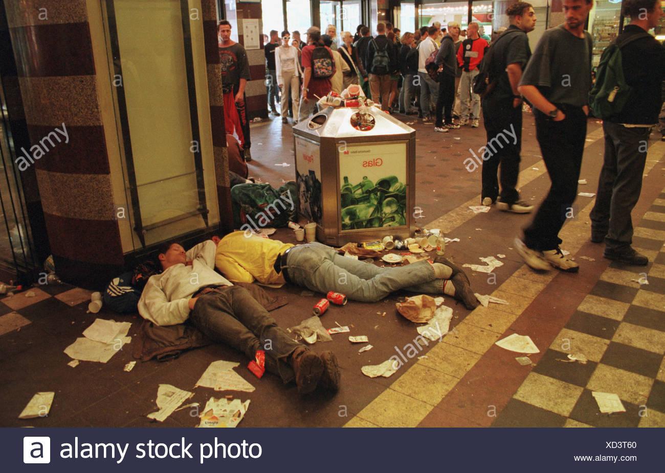 Raver erschöpft nach der Love-Parade am Bahnhof, Berlin, Deutschland Stockbild