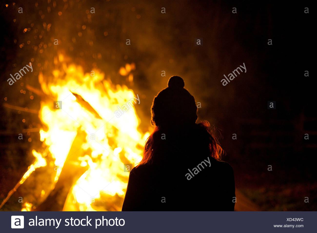 Frau am Lagerfeuer-Abend Stockbild