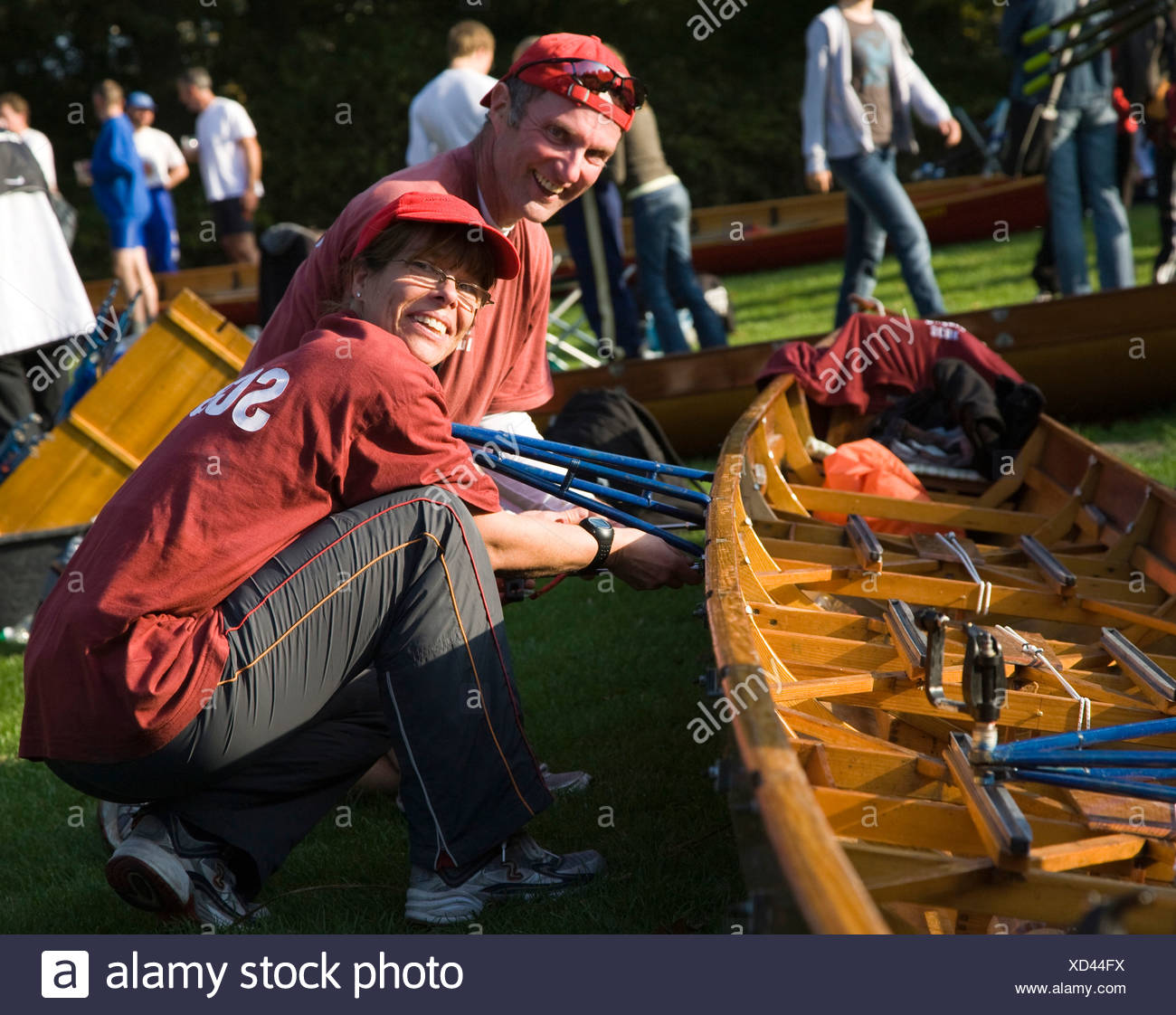 Teilnehmer von einem Ruder-Event in Berlin beschäftigt in den letzten Vorbereitungen auf ihr Boot in Berlin, Deutschland, Europa Stockbild