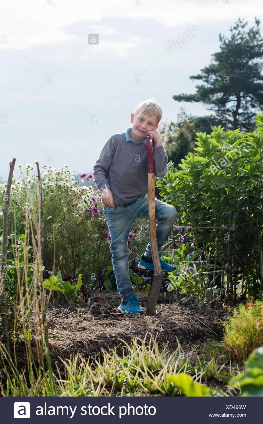 Porträt eines jungen Graben im Bio-Garten Stockfoto