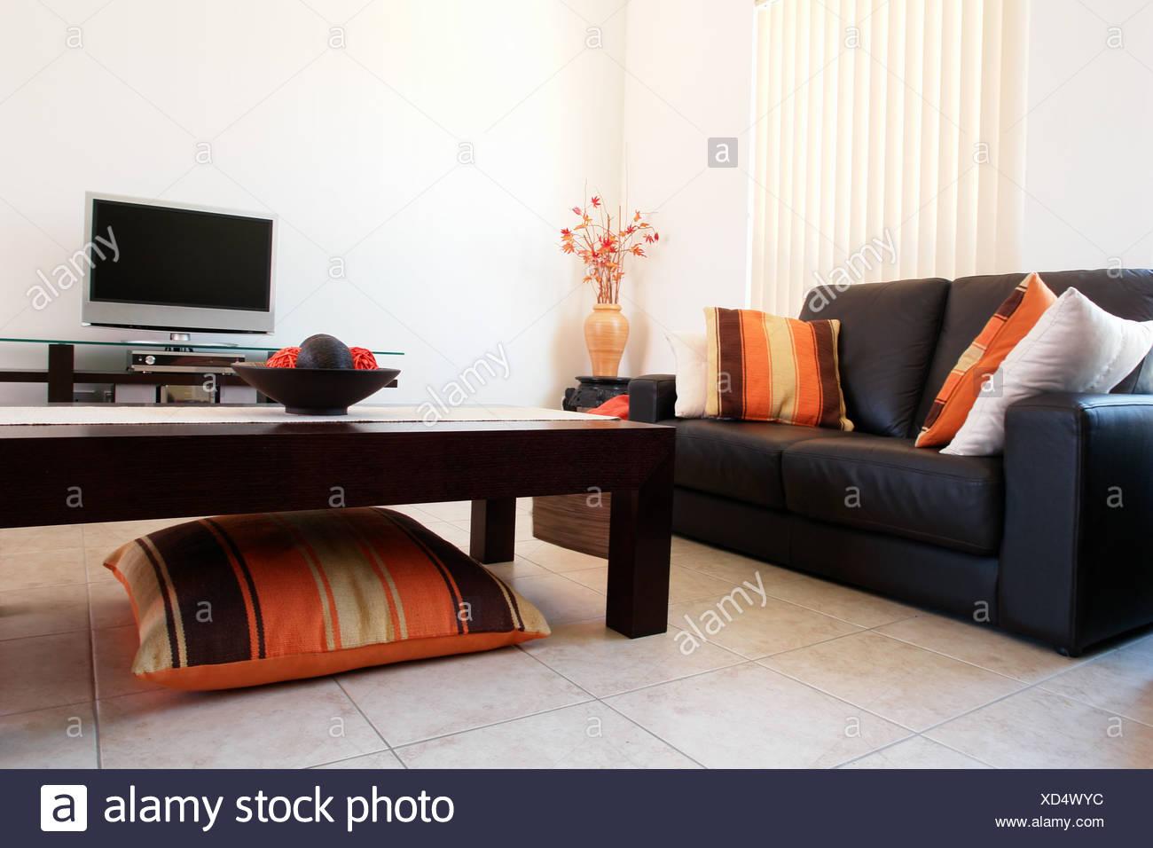 Trendige Wohnzimmer in Orange und braun Stockfoto, Bild ...