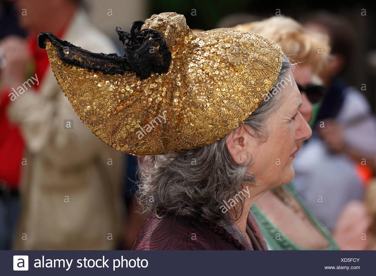 Frau mit einem gold Cap, Narzissenfest Narcissus-Festival in Bad Aussee, Ausseer Land, Salzkammergut, Steiermark, Österreich, Europa Stockbild