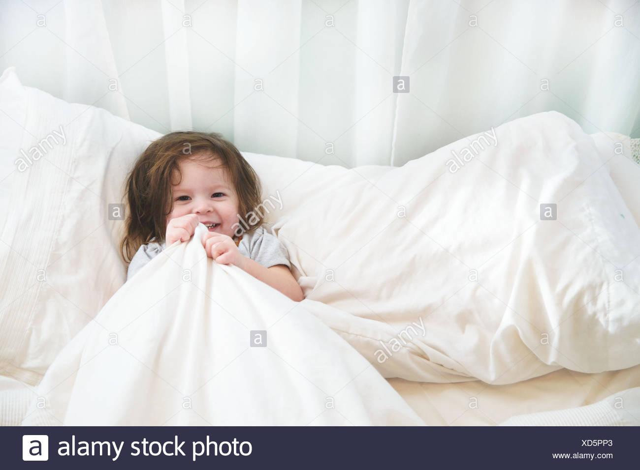 Mädchen im Bett (2-3 Jahre) Stockbild