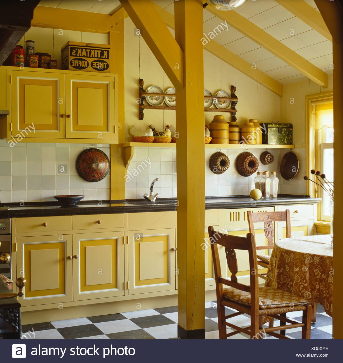 Creme Mit Gelben Ausfuhrlich Landhauskuche Mit Gelb Bemalten Balken