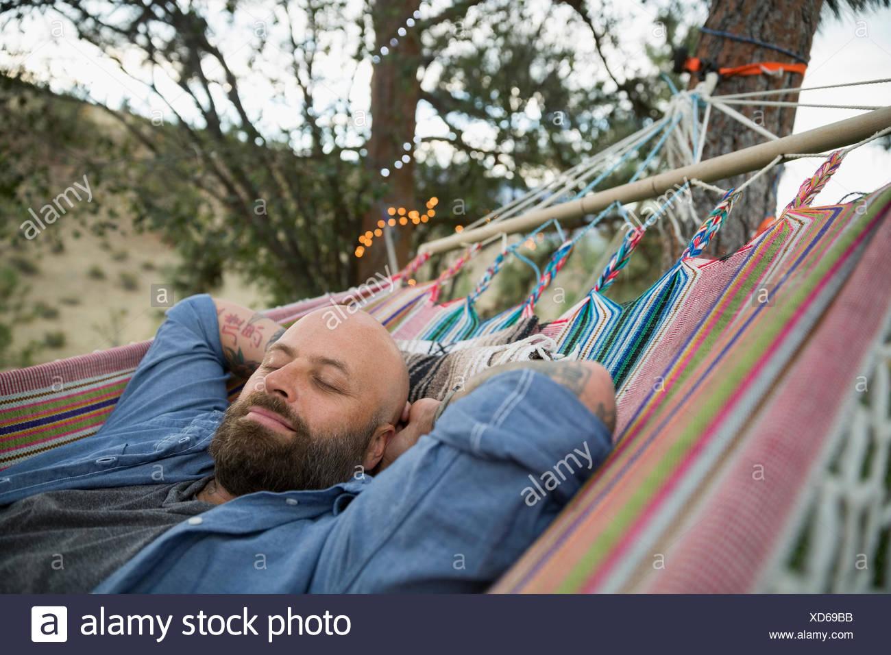 Gelassenen Mann zum Entspannen in der Hängematte Stockbild