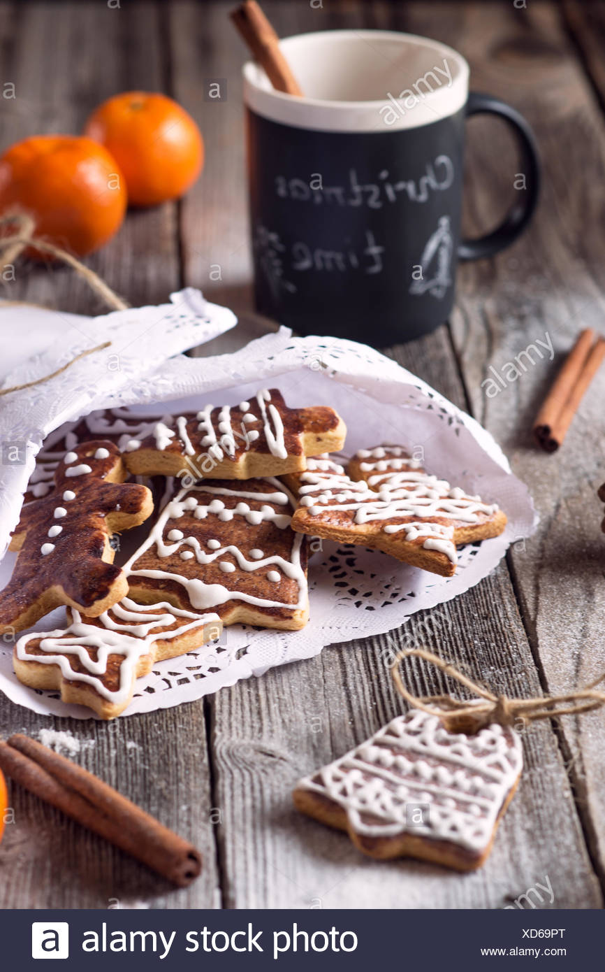 Weihnachtsplätzchen Mit Schokolade.Weihnachtsplätzchen Und Eine Tasse Heiße Schokolade Stockfoto Bild