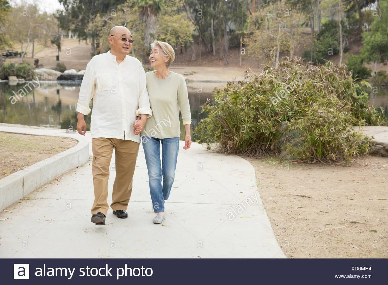 Älteres paar Weg Hand in Hand gehen Stockbild