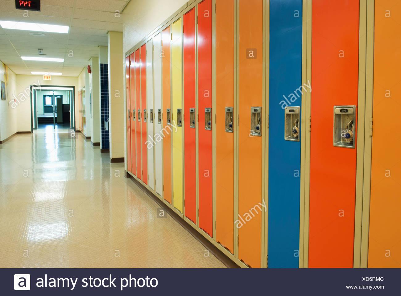 Einer Reihe von Schließfächern In einem Flur der Schule; Camrose, Alberta, Kanada Stockbild