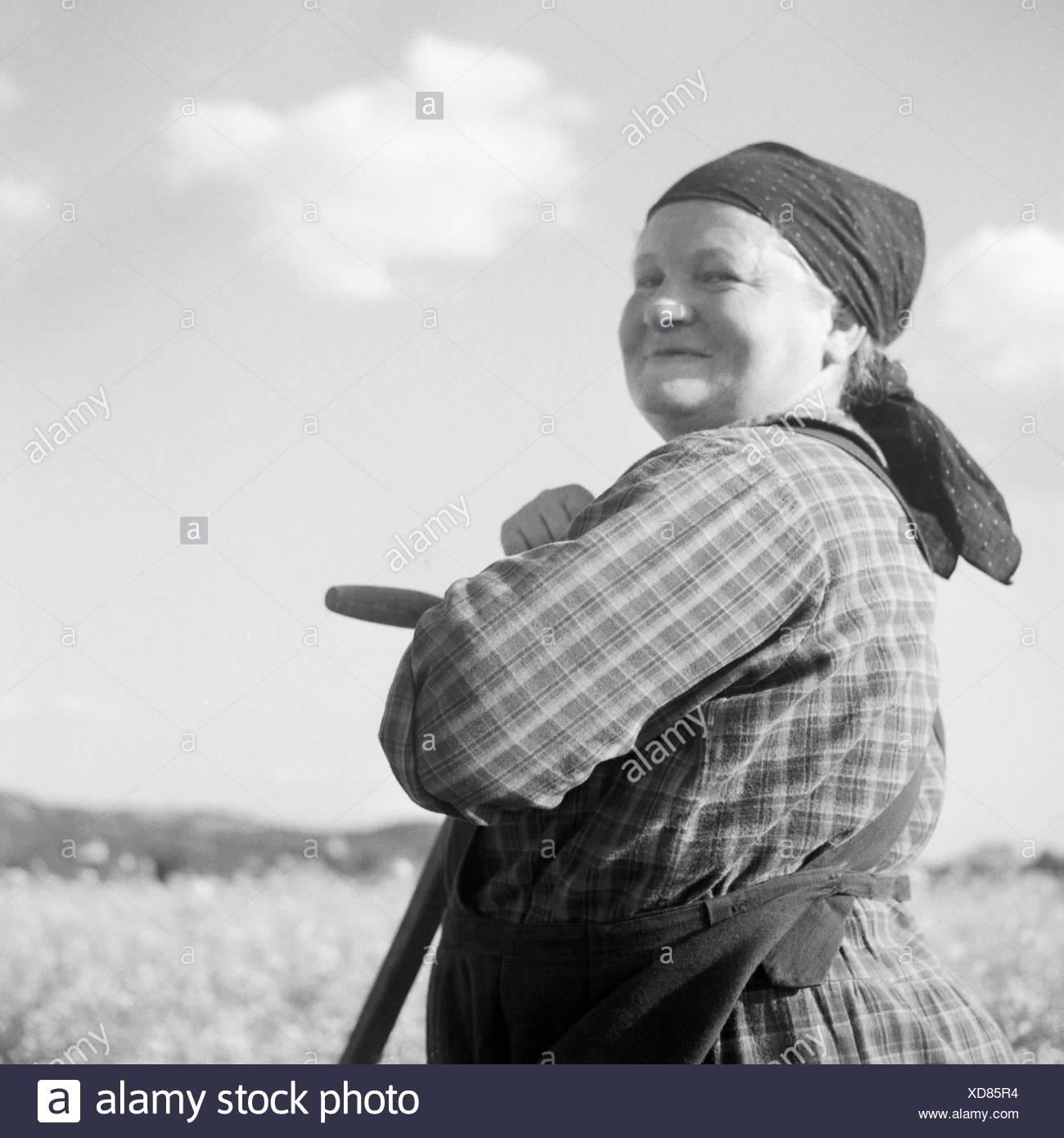 Eine Zufriedene Bauersfrau, 1930er Jahre Deutschland. Eine glückliche Bäuerin, Deutschland der 1930er Jahre. Stockbild