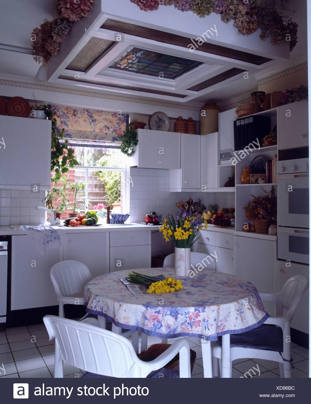 Weiße Stühle und Tischdecke auf dem Tisch in kleine Küche ...