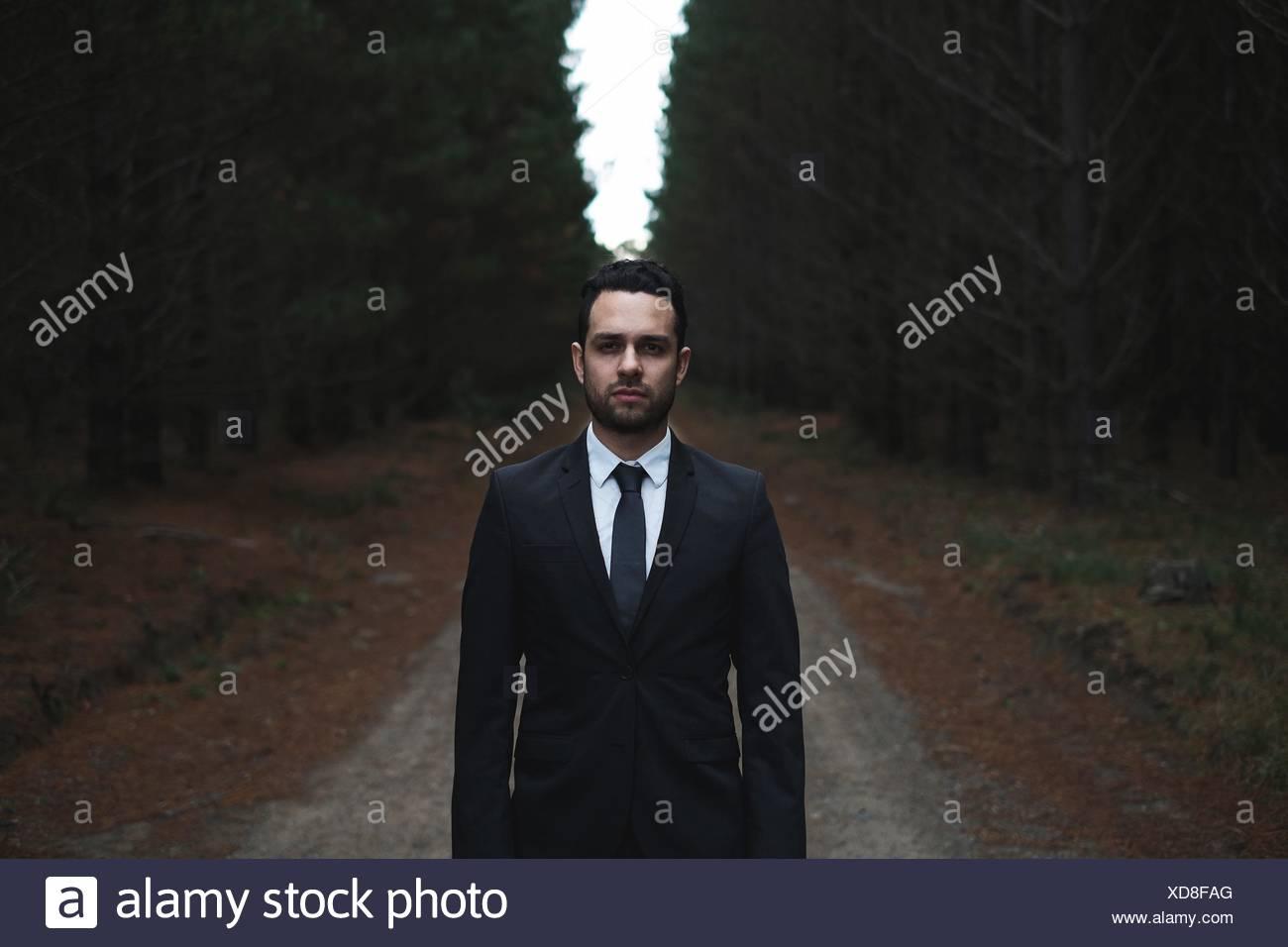 Mann in Anzug im Wald Stockbild