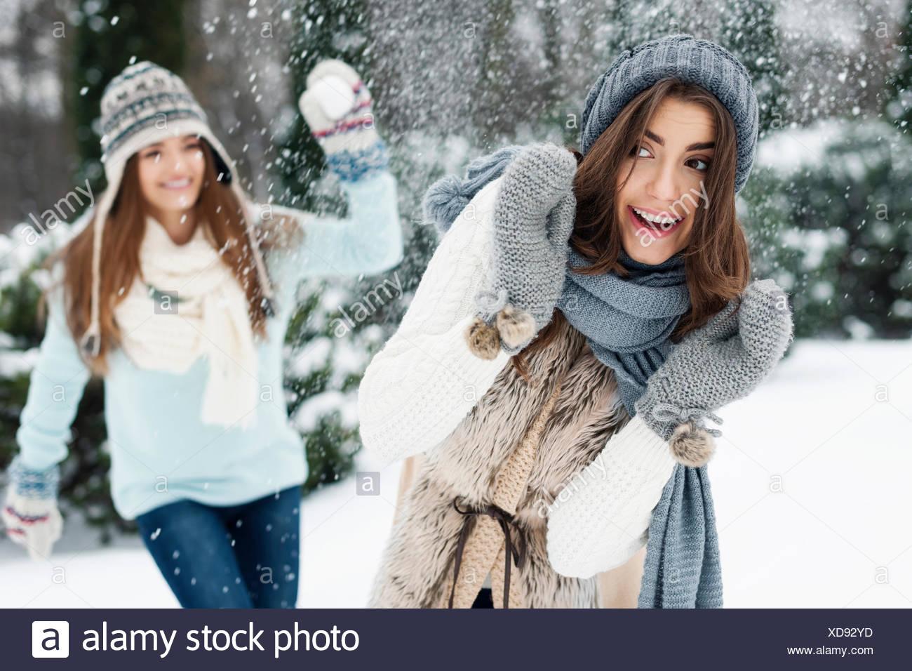 Junge Frauen haben Spaß bei der Schneeballschlacht. Debica, Polen Stockbild