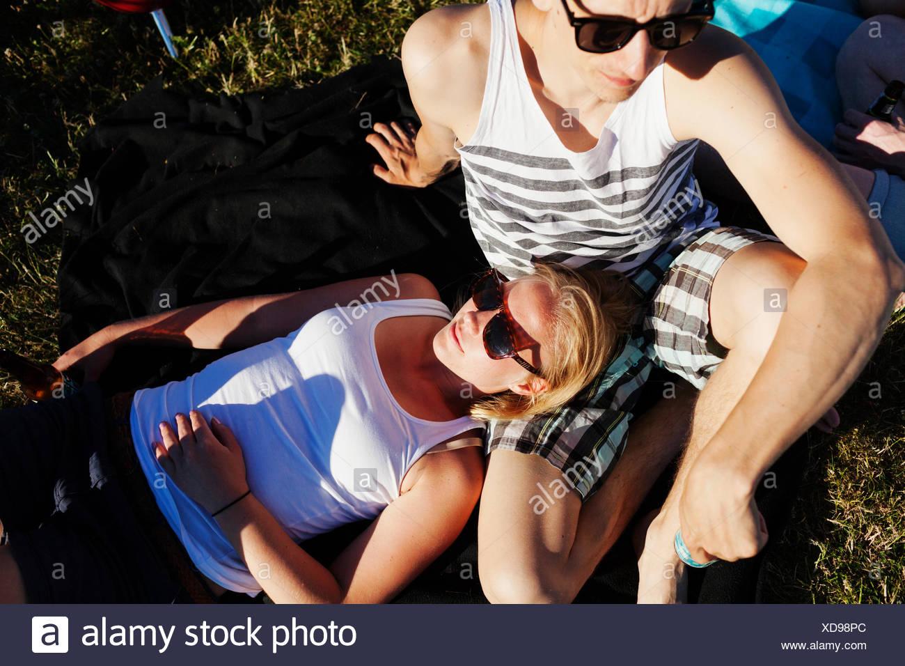 Erhöhte Ansicht von Frau und Mann bei Picknick entspannen Stockbild