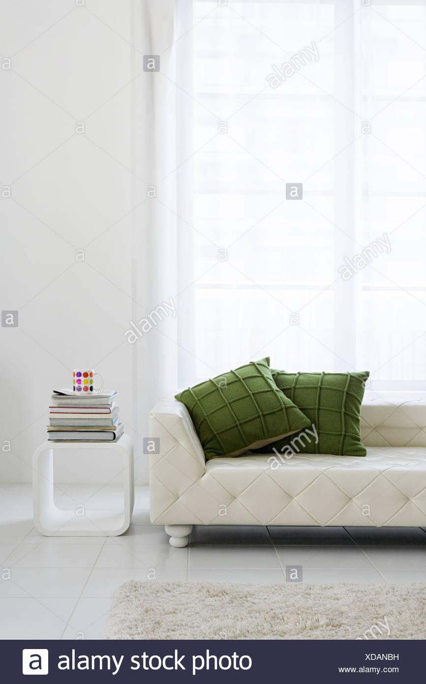 Modernes Sofa im Wohnzimmer Stockbild