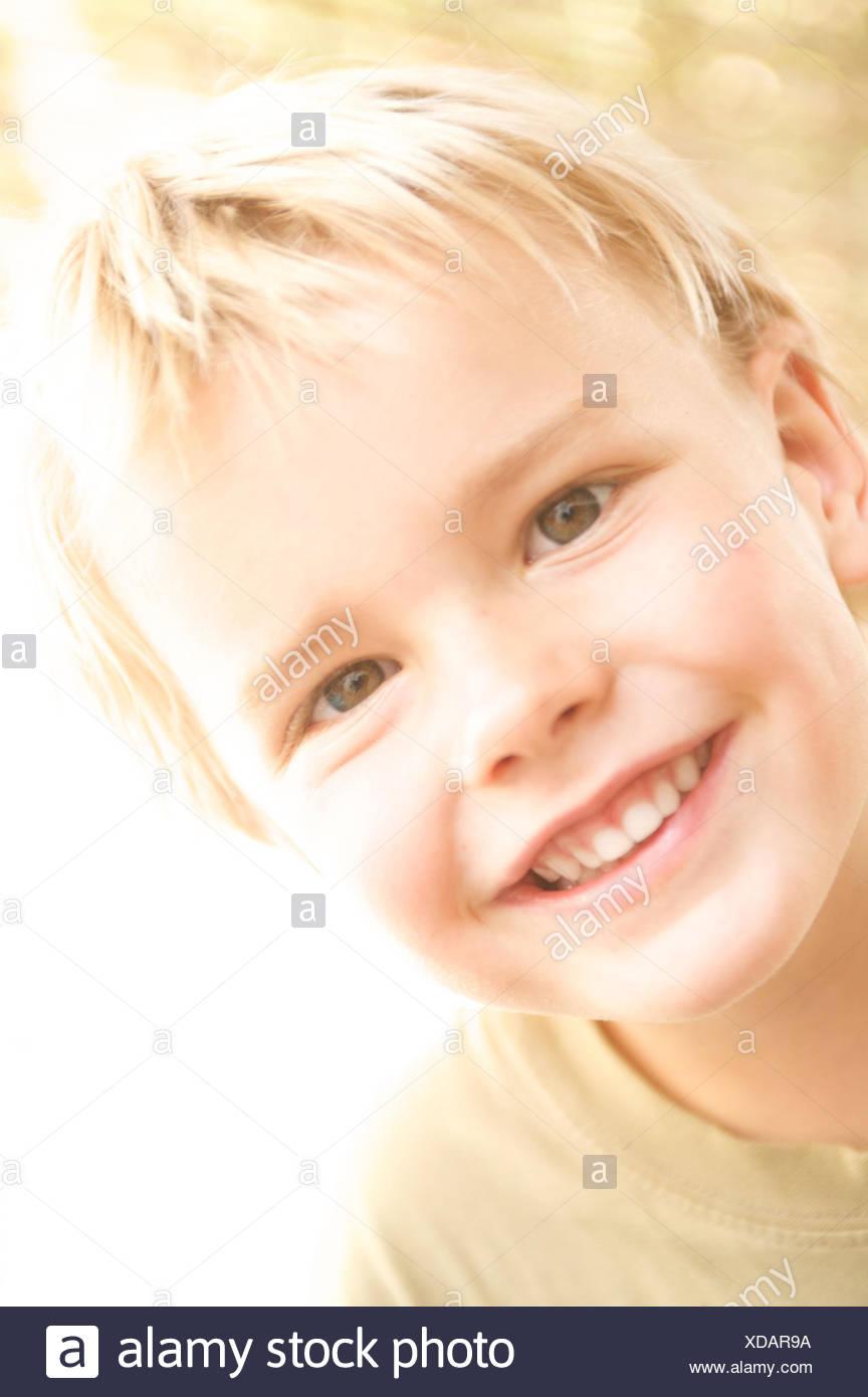Junge, blonde, Lächeln, Strahlen Fachkamera, Porträt, Kind, Sommer, Sonne, sonnig, fröhlich, Kindheit, fröhlich, lustig, aussehen, offen, natürlich, hell, sonnig, Stockbild