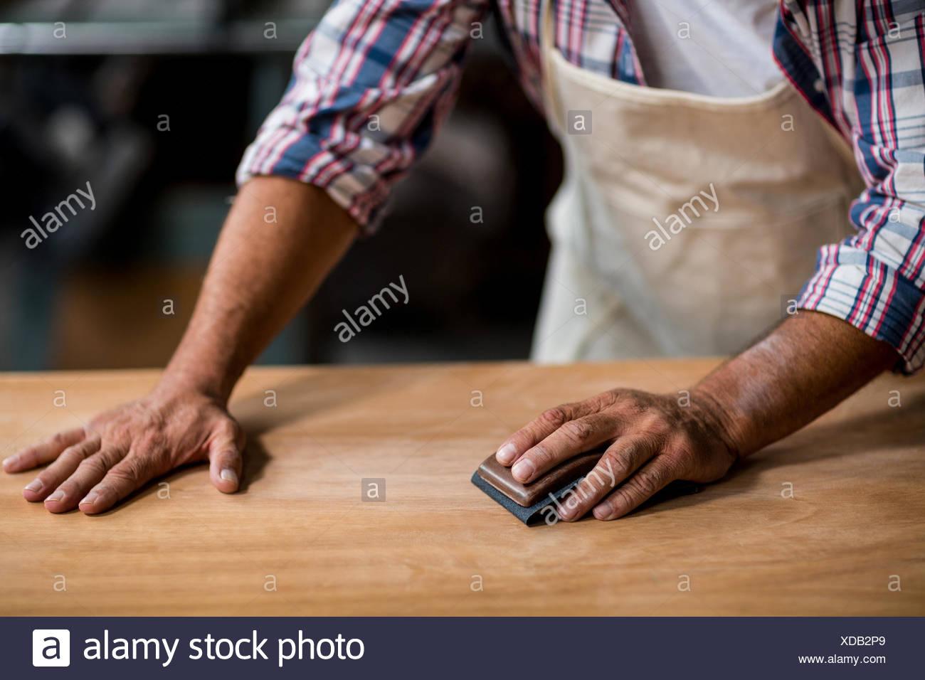 Tischler Holz Reiben Mit Schleifklotz Stockfoto Bild 283600081 Alamy