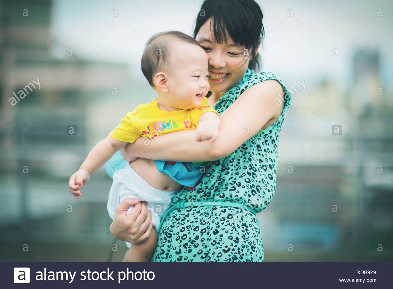 Mutter Sohn halten beim Tanzen Stockbild