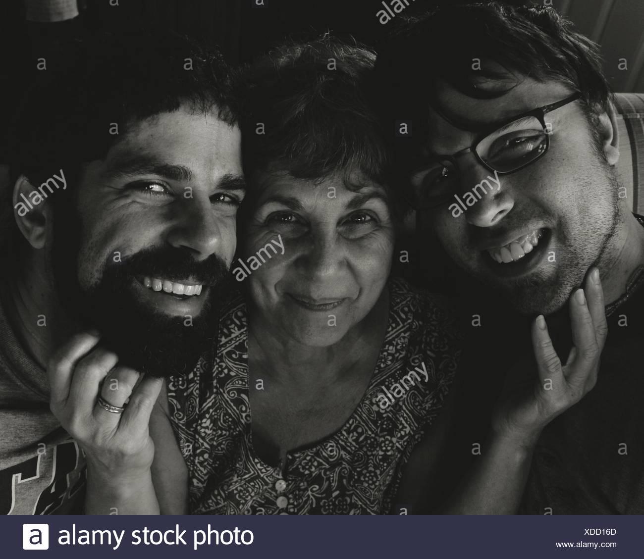 Porträt der glückliche Mutter und Söhne zu Hause Stockbild