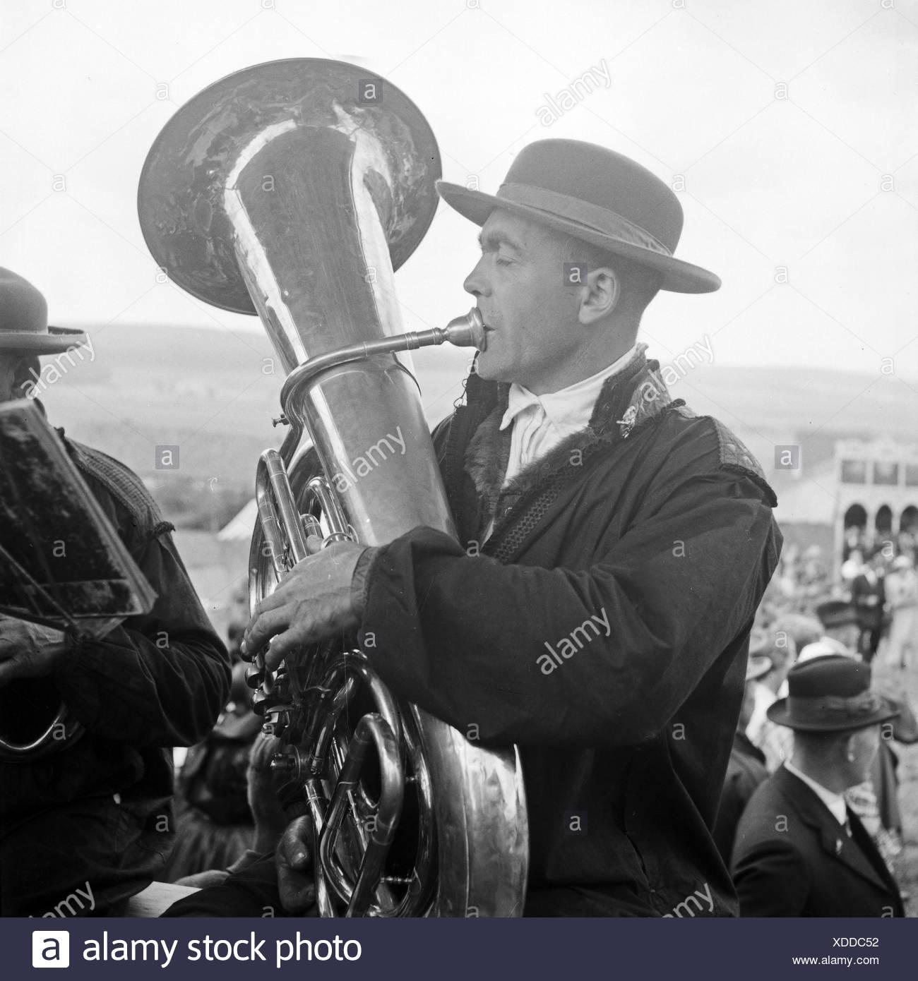 Einer der Musiker Auf Einem Bierwagen Auf Einer Vatertagstour in der Westhessischen Schwalm, 1930er Jahre Deutschland. Einer der Musiker ein Vatertag unterwegs Musik zu machen, auf ein Bier-Wagen am westlichen hessischen Region Schwalm, Deutschland der 1930er Jahre. Stockbild