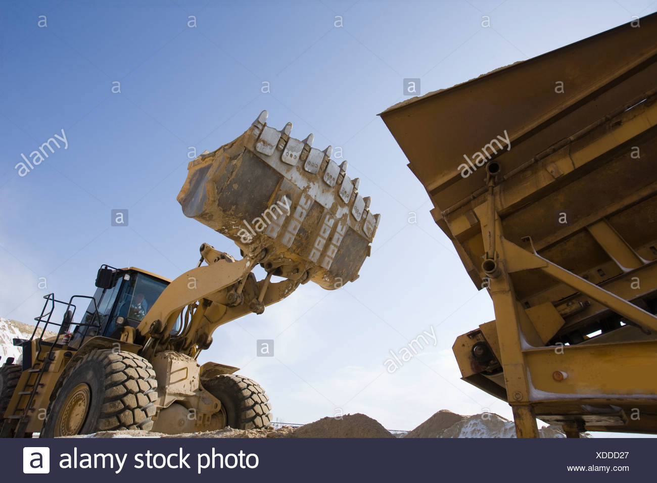 Niedrigen Winkel Blick auf einen Frontlader und einen LKW auf einer Baustelle Stockbild