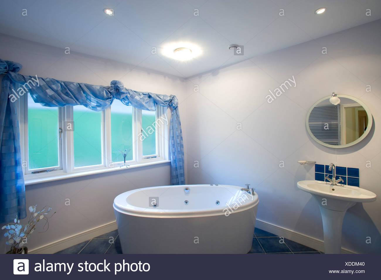 modernes Badezimmer mit Whirlpool-Badewanne Stockfoto, Bild ...