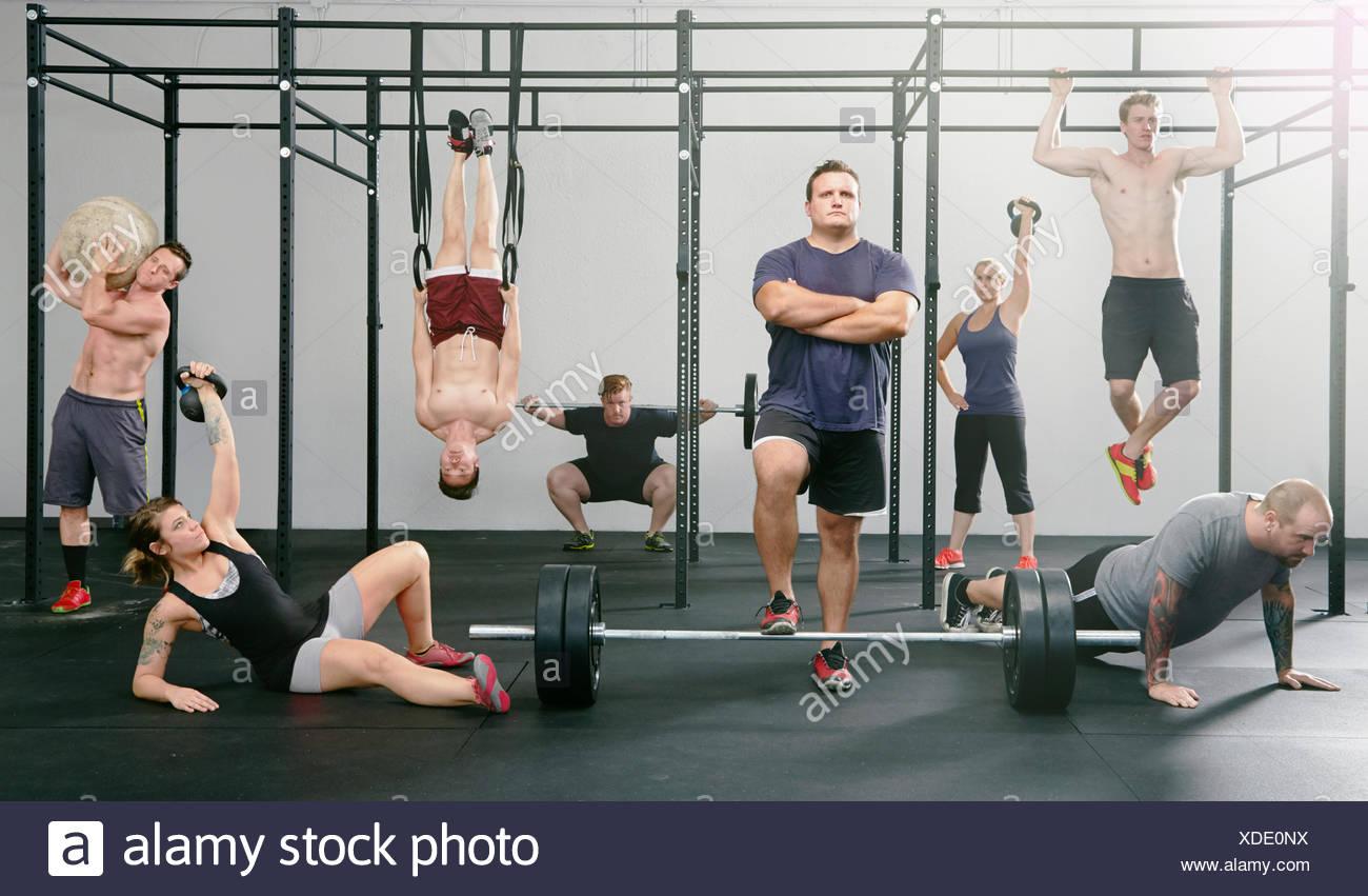 Porträt von acht Männern und Frauen im Fitness-Studio aktiv Stockbild