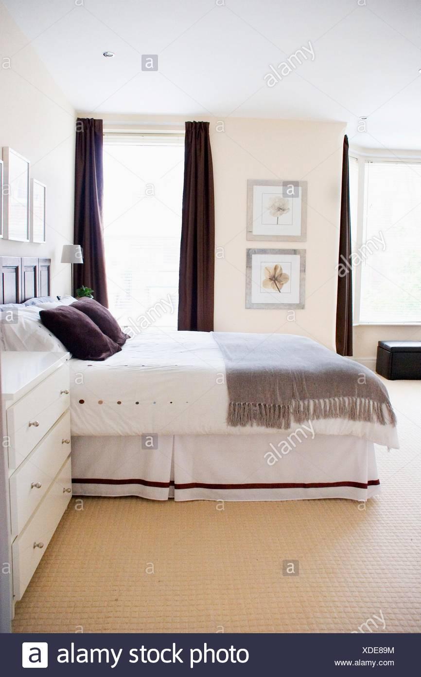 Ein Schlafzimmer Eingerichtet In Ruhigen Tönen Von Grau, Weiß, Braun Und  Creme