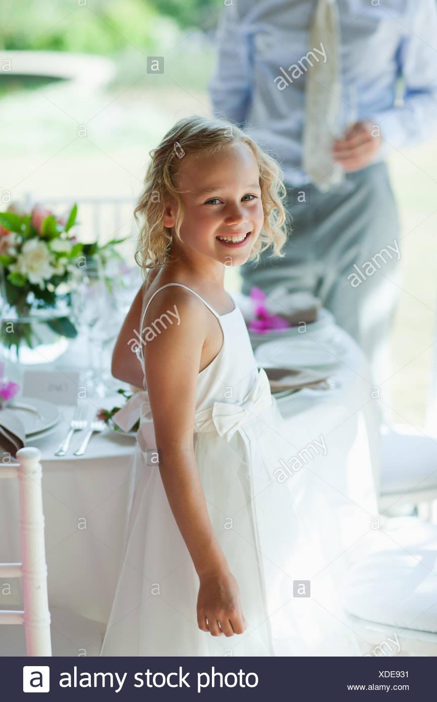 Lächelndes Mädchen stehen auf Hochzeit Stockbild