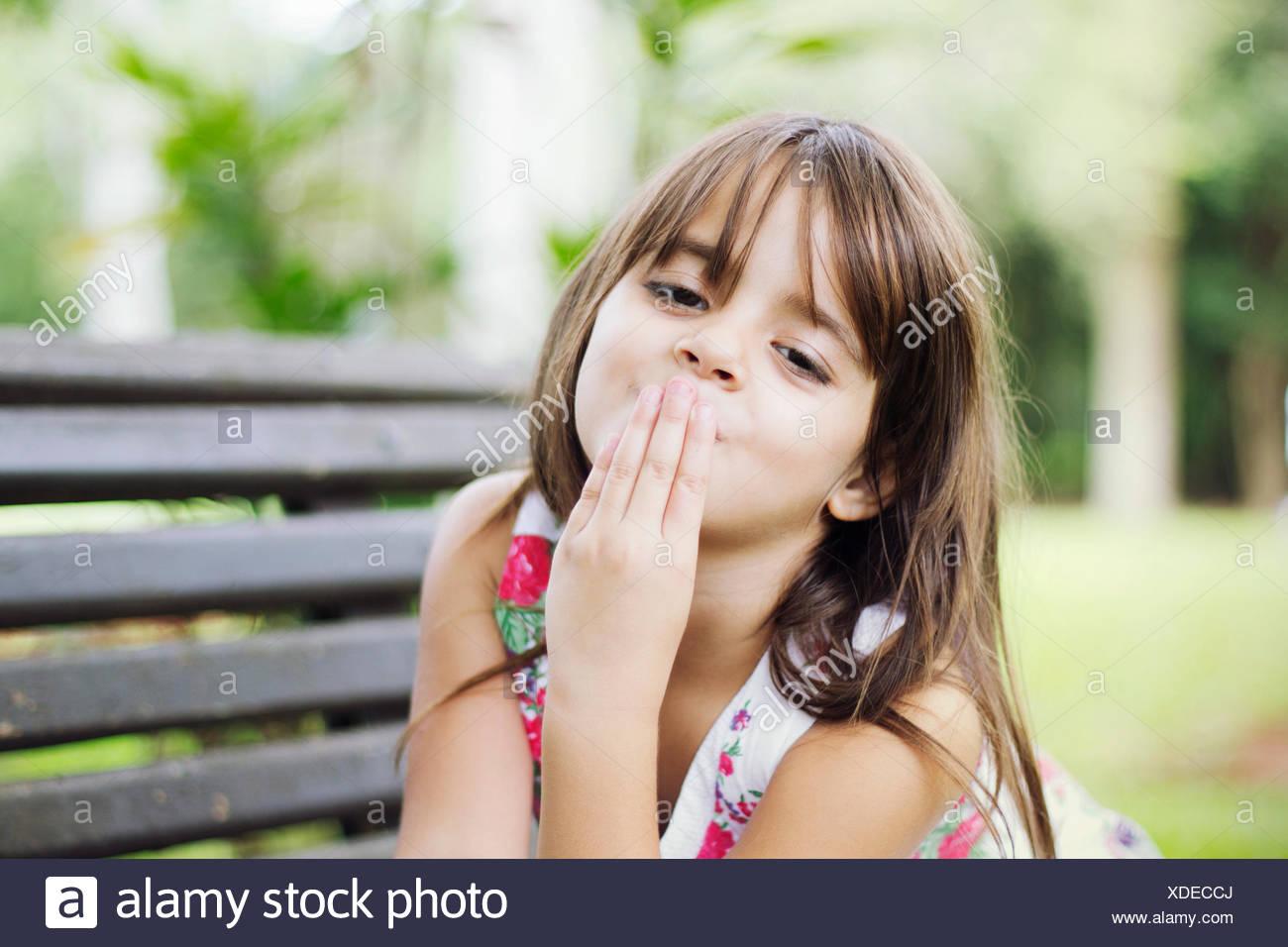 Porträt von netten Mädchen bläst einen Kuss Stockbild