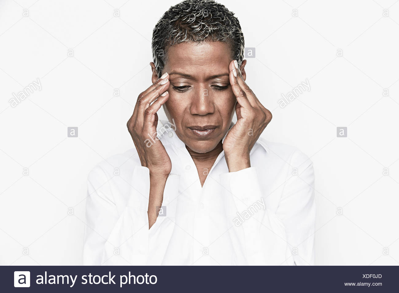 Ältere Frau mit Händen auf Kopf Stockbild